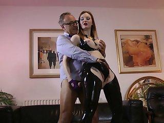 Kinky latex girl makes his fetish sex dreams acquiesce in true